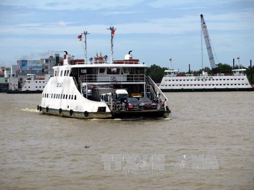 Hành khách và các phương tiện giao thông đi phà Cát Lái, Đồng Nai. Ảnh:  Hoàng Hải-TTXVN