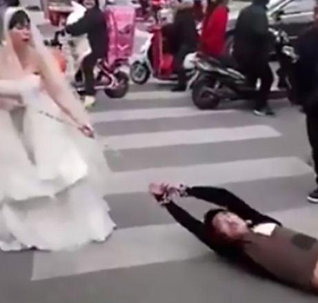 Cô dâu xích tay, lôi xềnh xệch chú rể tới đám cưới
