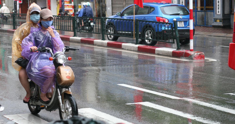 Kết quả hình ảnh cho Đi xe đạp điện dưới trời mưa có nguy hiểm không?