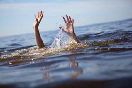 Theo bố đi câu cá, hai chị em trượt ngã xuống suối tử vong thương tâm