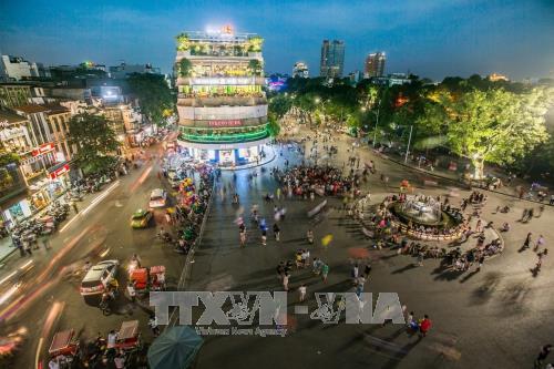 Phố đi bộ đoạn quảng trường Đông Kinh Nghĩa Thục rất đông người mỗi dịp cuối tuần. Ảnh: Trọng Đạt/TTXVN