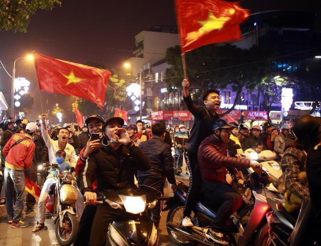 Tại Đà Nẵng, với cờ Tổ quốc, người dân cũng diễu hành trên các tuyến đường ăn  mừng chiến thắng của đội nhà.