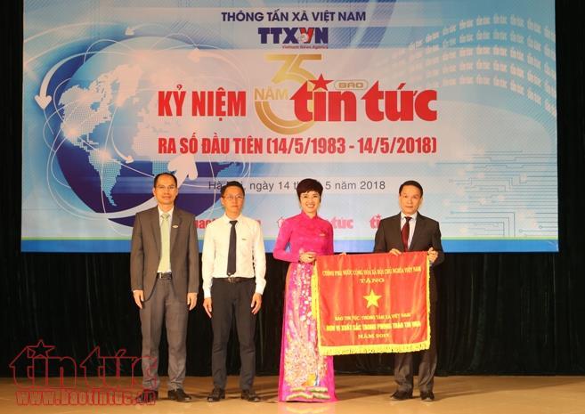 Tổng giám đốc TTXVN Nguyễn Đức Lợi trao Cờ thi đua của Chính phủ cho báo Tin  tức.