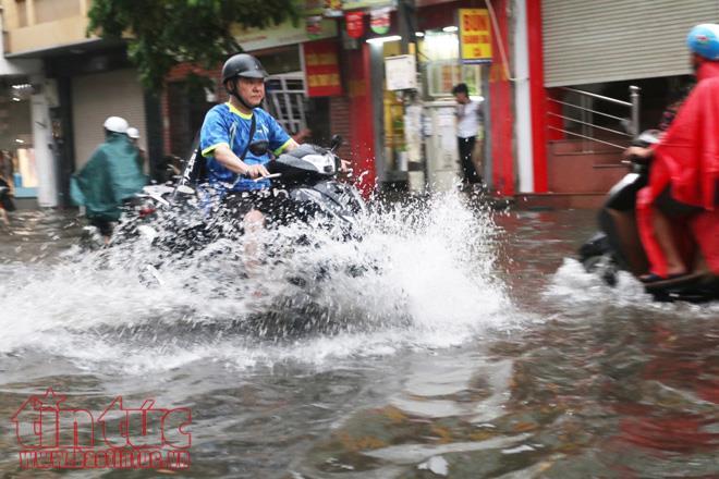 Một tuyến phố trong nội thành Hà Nội bị ngập khi mưa lớn.