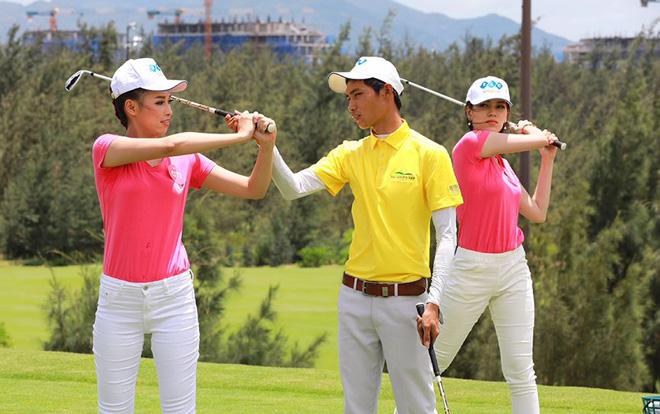 Điểm khác biệt của sân golf là được thiết kế trên những đồi cát lớn, bên cạnh rừng thông xanh rì rào.