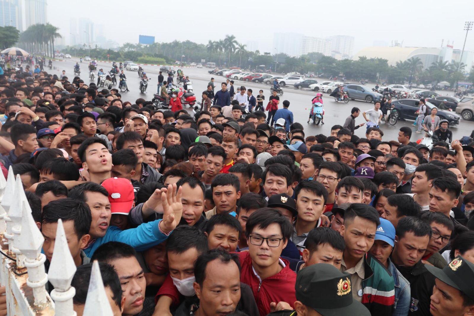 Kết quả hình ảnh cho Cảnh tượng chen lấn mua vé kinh hoàng của các CĐV Việt Nam cách đây hai ngày.