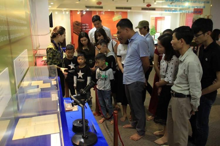 Tham quan khu trưng bày di sản các nhà khoa học Việt Nam. Ảnh:TTDS