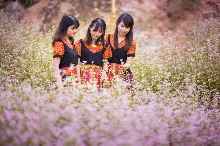 Chụp ảnh lưu niệm tại vườn hoa tam giác mạch trong Công viên. Ảnh: TTDS