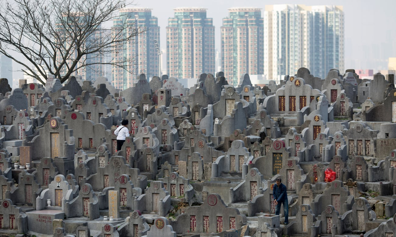 Người dân đi tảo mộ tại nghĩa trang Đồi Kim Cương ở Hong Kong. Những nơi như thế này hầu như không còn chỗ. Ảnh: EPA
