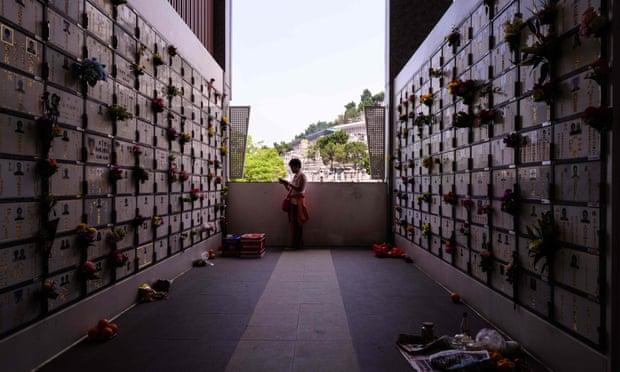 Một phụ nữ tại nhà để tro cốt trong dịp lễ Thanh Minh. Ảnh: AFP/Getty Images