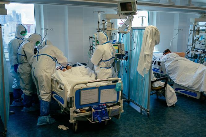 Ba bác sĩ Nga ngã từ cửa sổ bệnh viện, dấy lo ngại về điều kiện của đội ngũ y tế chống COVID-19 - Ảnh 1.