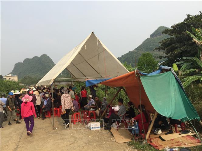 Những người dân thuộc khu vực tổ 6, phường Nam Sơn, thành phố Tam Điệp, căng lều bạt để phản đối việc xây dựng đài hóa thân. Ảnh: Minh Đức/TTXVN