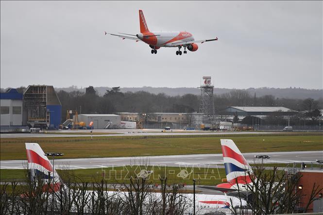 Máy bay chuẩn bị hạ cánh xuống sân bay Gatwick, London, ngày 21/12/2018. Ảnh: AFP/TTXVN