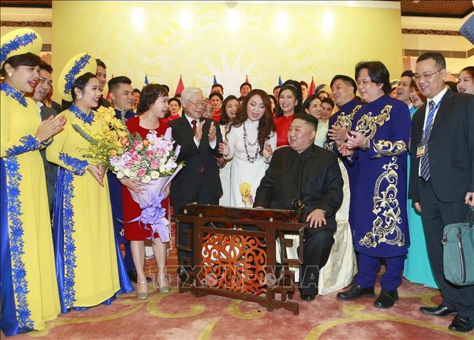 Không khí vui vẻ tại buổi tiệc khi Chủ tịch Triều Tiên Kim Jong-un đánh thử đàn bầu Việt Nam. Ảnh: Doãn Tấn/TTXVN