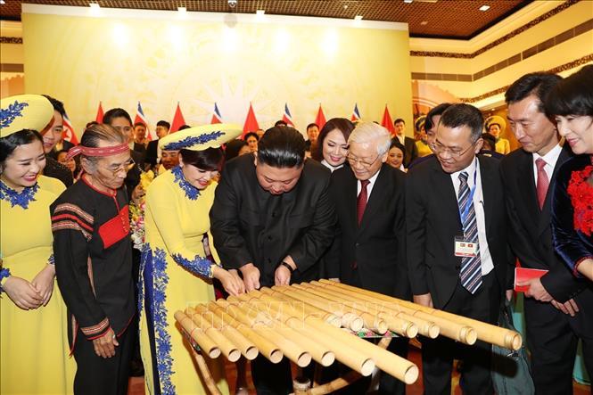 Chủ tịch Triều Tiên Kim Jong-un đánh thử nhạc cụ dân tộc Việt Nam. Ảnh: Trí Dũng/TTXVN