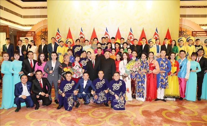 Tổng Bí thư, Chủ tịch nước Nguyễn Phú Trọng và Chủ tịch Triều Tiên Kim Jong-un với các nghệ sĩ , diễn viên. Ảnh: Trí Dũng/TTXVN