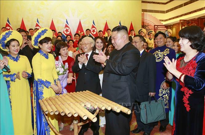 Chủ tịch Triều Tiên Kim Jong-un đánh thử nhạc cụ dân tộc Việt Nam. Ảnh: Doãn Tấn/TTXVN