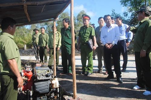 Kiểm tra việcvận hành máy phòng c.háy chữa c.háy rừng tại Chốt 23- 96. Ảnh: baocamau.com.vn