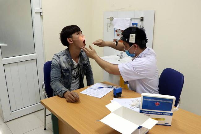 Các lái xe được kiểm tra tổng thể sức khỏe tại Bệnh viện Đại học kỹ thuật y tế Hải Dương.