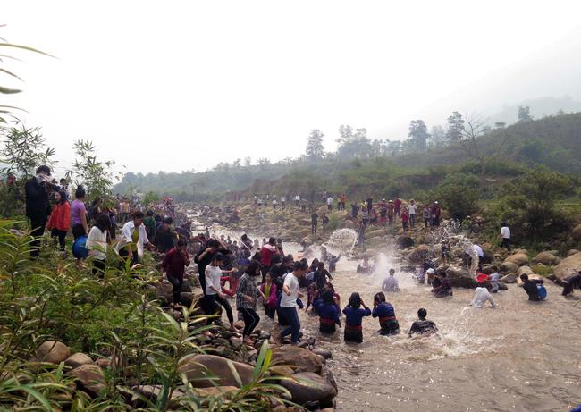 Cộng đồng dân tộc Lào và du khách thập phương sôi nổi trong hoạt động Té nước tại suối Nậm Núa- chạy dọc bản làng để cầu may và chúc cho nhau những điều may mắn.