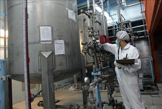 Kỹ thuật viên Iran kiểm tra các thiết bị tại cơ sở làm giàu urani Isfahan ở cách thủ đô Tehran 420km về phía nam. Ảnh: AFP/TTXVN