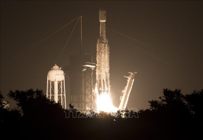 Tên lửa đẩy Falcon Heavy mang theo 24 vệ tinh rời bệ phóng tại Trung tâm Vũ trụ Kennedy thuộc Cơ quan Hàng không Vũ trụ Mỹ (NASA) ở bang Florida ngày 25/6/2019. Ảnh: AFP/TTXVN