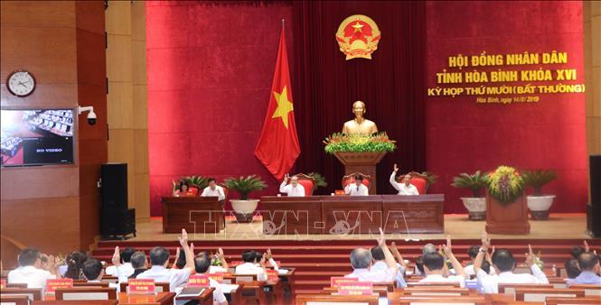 Các đại biểu HĐND tỉnh Hòa Bình biểu quyết thông qua các nghị quyết tại kỳ họp.