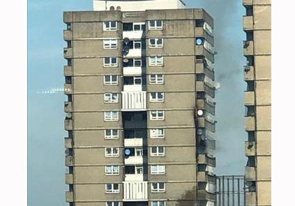 Cháy lớn tại tầng 12 của một tòa nhà ở Notting Hill, Anh