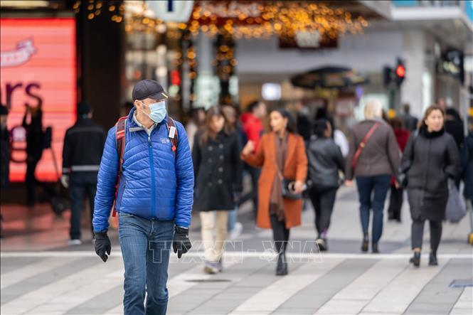 Người dân đeo khẩu trang phòng lây nhiễm COVID-19 tại Stockholm, Thụy Điển. Ảnh: THX/TTXVN