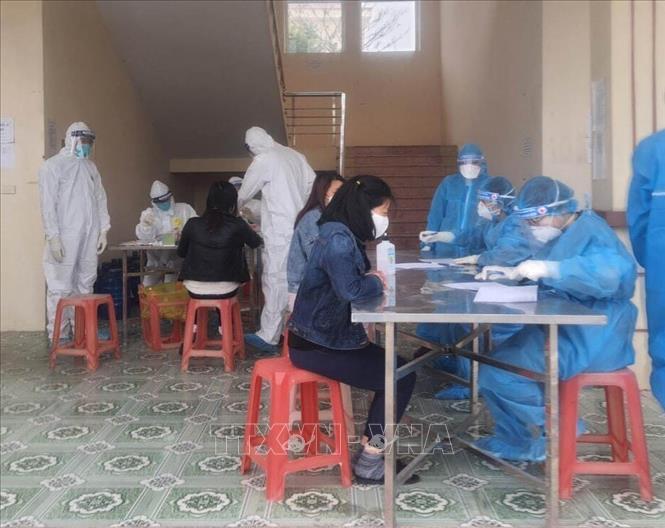Khai báo y tế và lấy mẫu xét nghiệm người Việt Nam trở về từ Mỹ được cách ly tại Trung đoàn 855, Bộ Chỉ huy Quân sự tỉnh Ninh Bình.