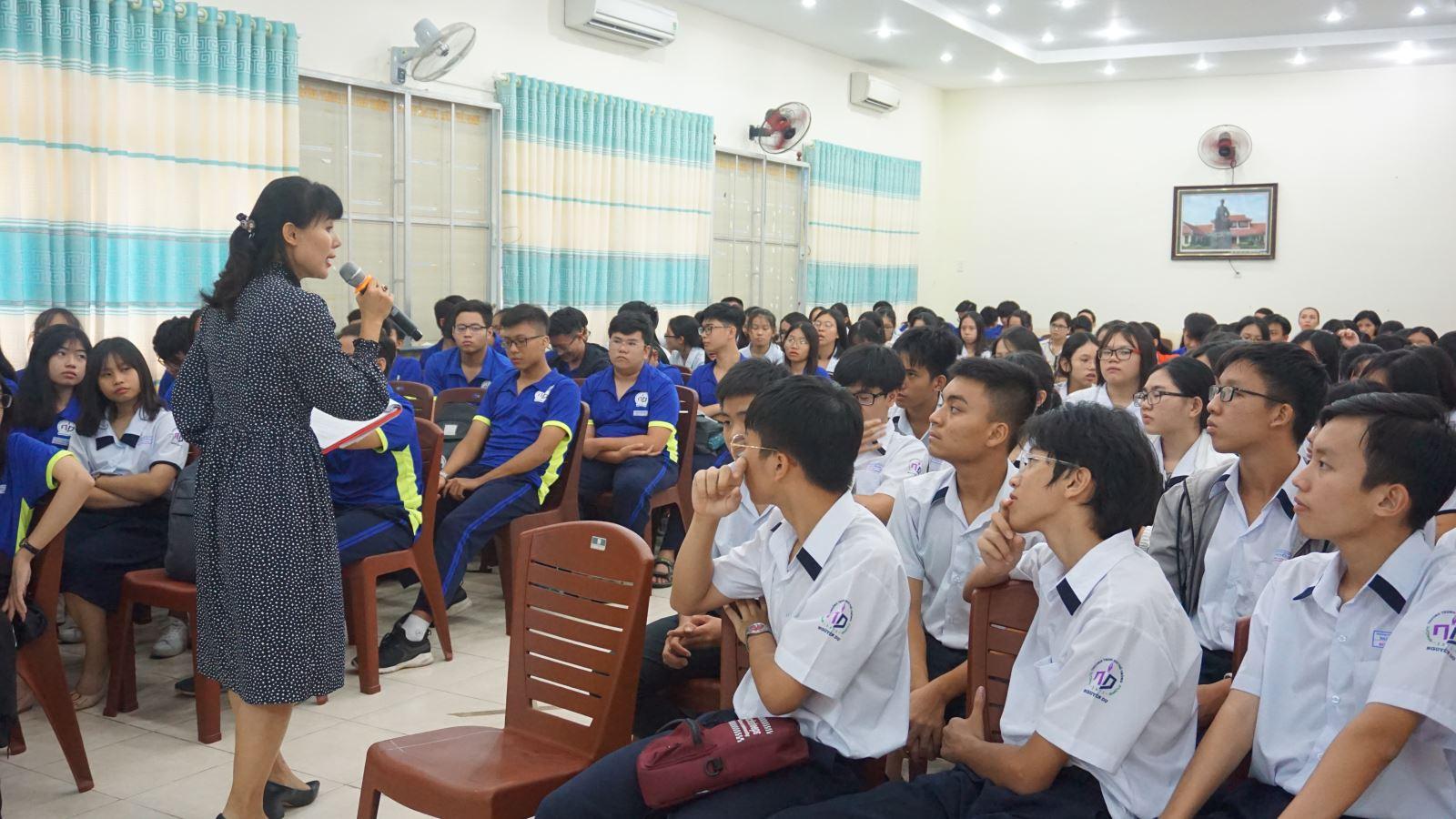 Học sinh thích thú với tiết học chuyên đề Việt Nam học