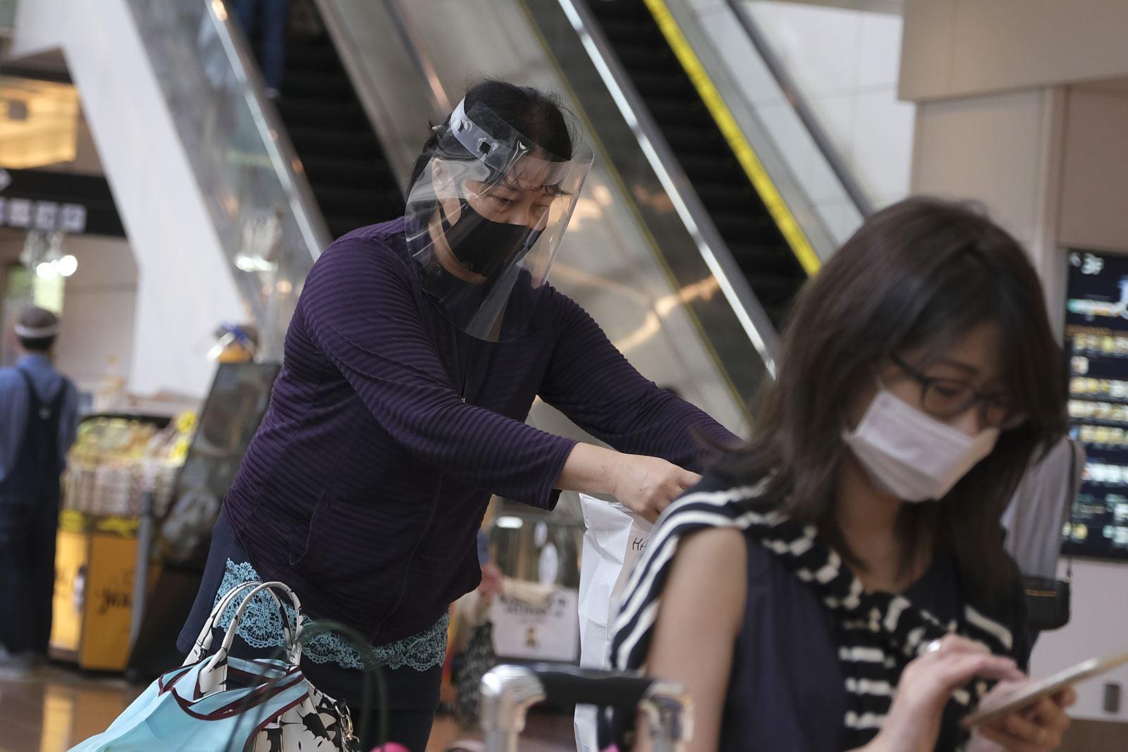 Người dân đeo khẩu trang phòng lây nhiễm COVID-19 tại Tokyo, Nhật Bản.