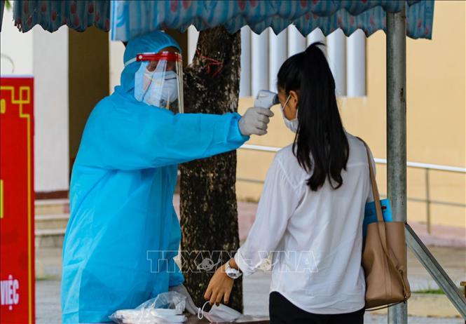 Kiểm tra sức khoẻ người dân phòng dịch COVID-19. Ảnh: TTXVN