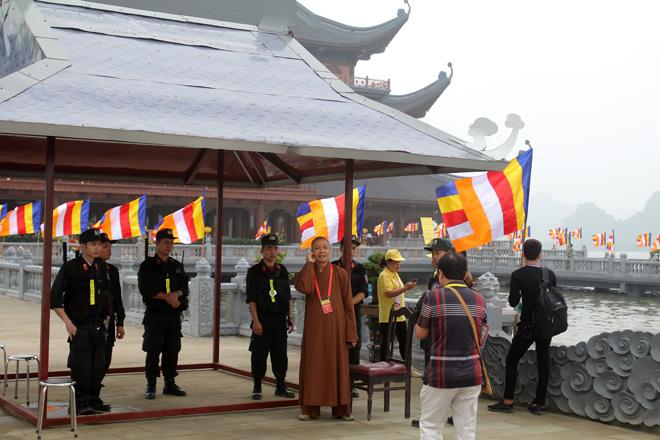 Lực lượng an ninh được huy động để bảo đảm an ninh trật tự tại khu vực đường vào chùa Tam Chúc.