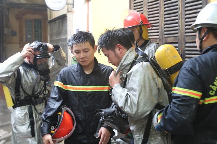 Cháy nhà trong ngõ Lương Sử C (Hà Nội) khiến lực lượng phòng cháy gặp khó khăn