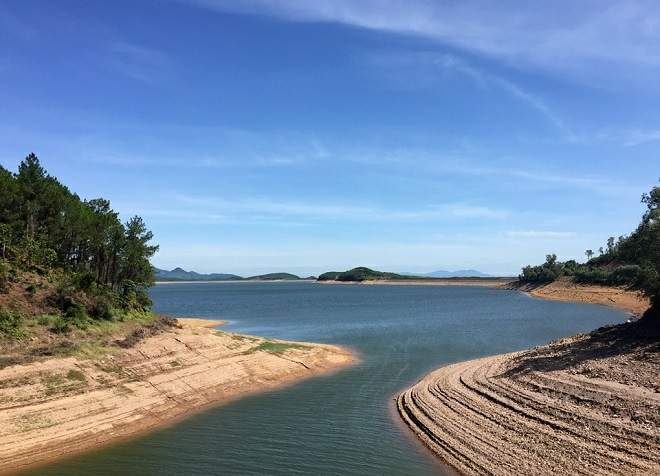 Mát dịu với vẻ trong xanh, tĩnh lặng của hồ Kẻ Gỗ