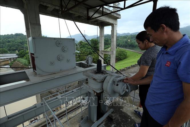 Công nhân kỹ thuật kiểm tra hệ thống vận hành công trình hồ Huổi Phạ. Ảnh: Phan Tuấn Anh/TTXVN