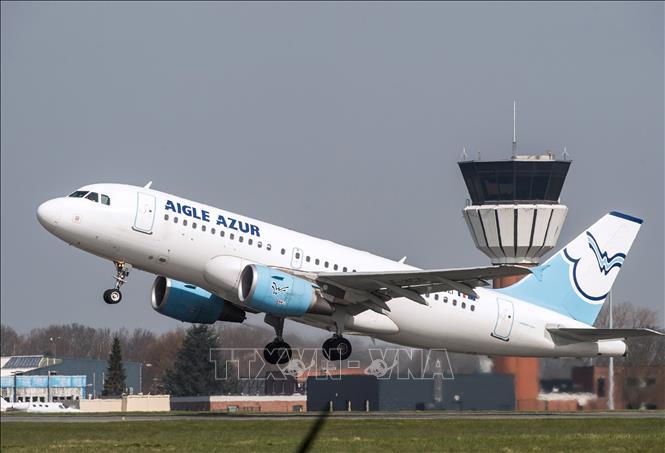 Máy bay của Hãng hàng không lớn thứ hai Pháp Aigle Azur cất cánh tại sân bay Lille ở Lesquin, miền Bắc Pháp. Ảnh: AFP/TTXVN