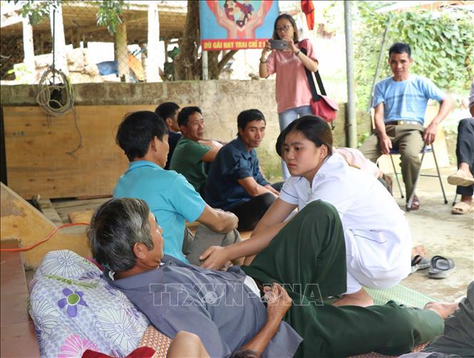Cán bộ Trung tâm Y tế xã Mường Lói khám, điều trị cho bệnh nhân (ảnh chụp trưa 6/9).