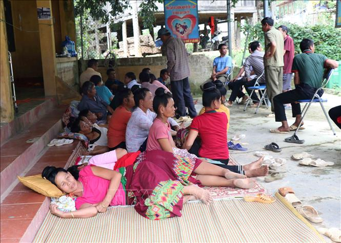 Hàng chục người dân trên địa bàn xã Mường Lói vẫn có cảm giác đau bụng và bị tiêu chảy phải đến khám, điều trị tại Trung tâm y tế xã Mường Lói.