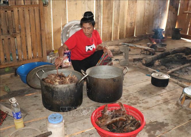 Nhiều món ăn trong lễ mừng nhà mới vẫn được chủ nhà giữ lại.