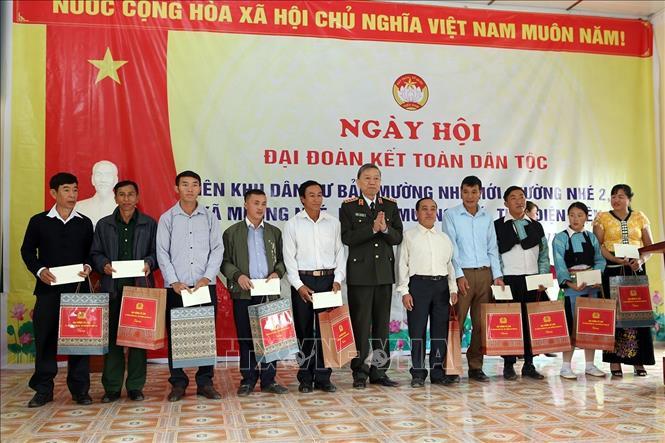 Đại tướng Tô Lâm, Ủy viên Bộ Chính trị, Bộ trưởng Bộ Công an tặng quà cho các gia đình tại xã Mường Nhé. Ảnh: Phan Tuấn Anh/TTXVN
