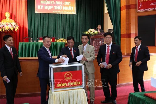Bỏ phiếu bầu chức danh Chủ tịch Ủy ban Nhân dân Thị trấn Kẻ Sặt nhiệm kỳ 2016 - 2021. Ảnh: Mạnh Minh/TTXVN