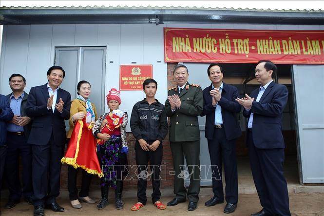 Đại tướng Tô Lâm, Ủy viên Bộ Chính trị, Bộ trưởng Bộ Công an dự trao tặng nhà Đại đoàn kết do Bộ Công an hỗ trợ xây dựng tại bản Nậm Pố, xã Mường Nhé. Ảnh: Phan Tuấn Anh/TTXVN