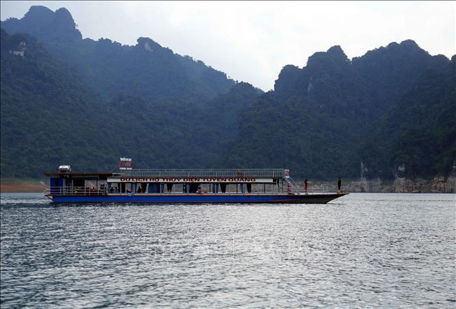 Tàu đưa khách du lịch thăm quan hồ thủy điện Tuyên Quang. Năm 2020, tỉnh Tuyên Quang phấn đấu thu hút trên 2 triệu lượt khách du lịch, doanh thu đạt trên 1.900 tỷ đồng.