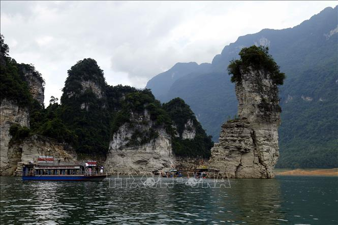 Cảnh đẹp hùng vĩ của hồ thủy điện Tuyên Quang.