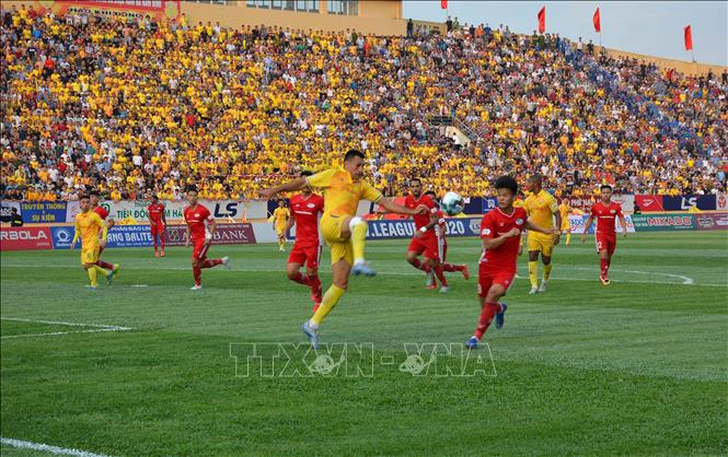 """Truyền thông quốc tế đưa tin về hình ảnh """"khán giả ngập tràn"""" V.League 2020"""