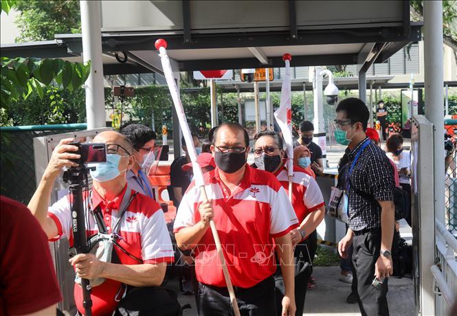 Các ứng viên đảng Singapore Tiến bộ (PSP) lần đầu tiên tranh cử tham gia đăng ký tại điểm đề cử trường THPT Nan Hua, ngày 30/6. Ảnh: Lê Dương/Pv TTXVN tại Singapore