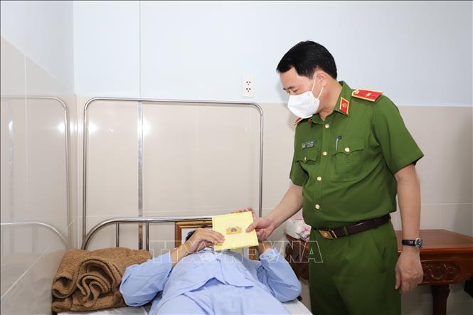 Thứ trưởng Bộ Công an thăm cảnh sát khu vực và bảo vệ dân phố bị thương khi làm nhiệm vụ