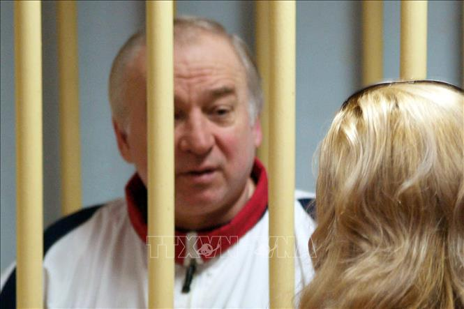 Cựu điệp viên người Nga Sergei Skripal (trái) tại một phiên tòa ở Moskva, Nga. Ảnh: AFP/TTXVN